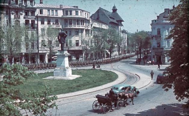 Rumänien, Kolonne von Soldaten in einer Stadt