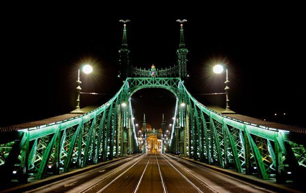 1920px-Budapest_Szabadság_híd_2012